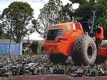 马来西亚用压路机轧平收缴的比特币矿机,超过1000台矿机被销毁